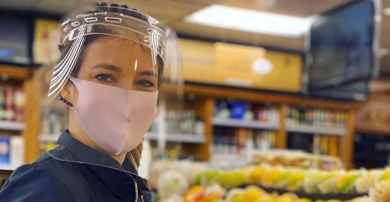 Apresentadora respeita medidas de proteção ao fazer compras no mercado: 'Uma mulher precavida vale por duas'