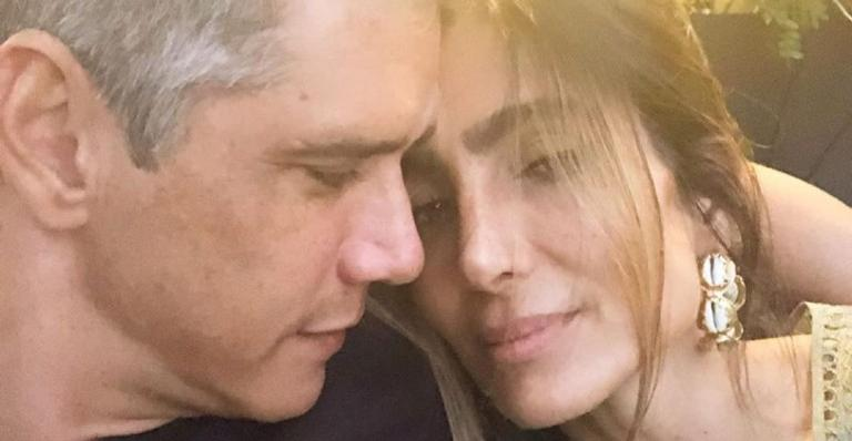 Com algumas fotos antigas do casal, o apresentador fez uma linda homenagem a amada: 'Amor à primeira vista'