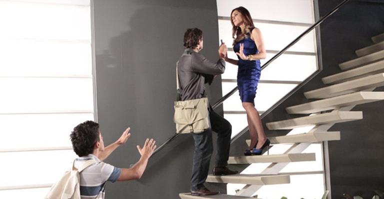 René Junior chega bem na hora de ver a mãe na escada com um jornalista