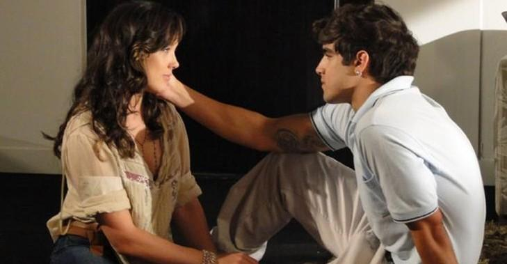 Com reaproximação, o estudante não perde tempo e procura a jovem para o pedido romântico
