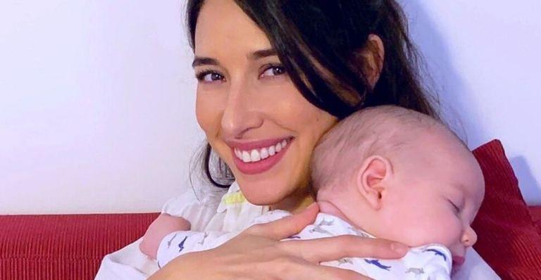 A atriz compartilhou um vídeo da mãe cantando para Pedro Luna