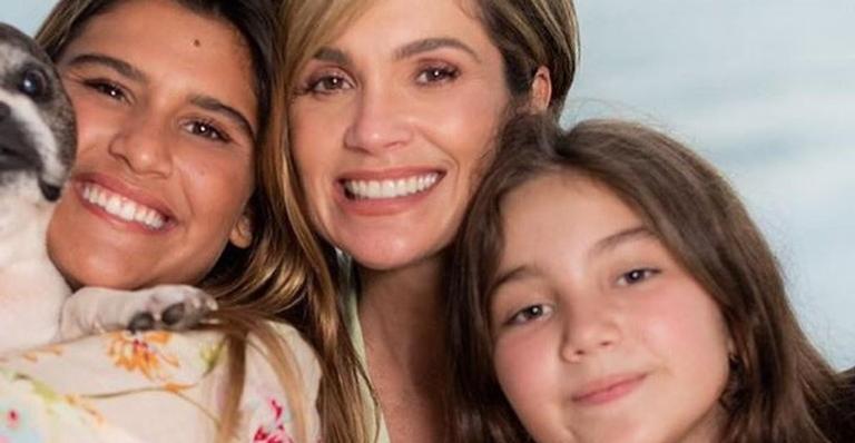 Agarradinha com as herdeiras, a atriz celebrou o dia dos filhos