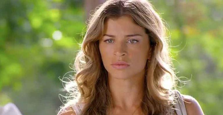 Em Flor do Caribe, Ester cede à chantagem de Alberto, mas exige que passem a dormir em quartos separados
