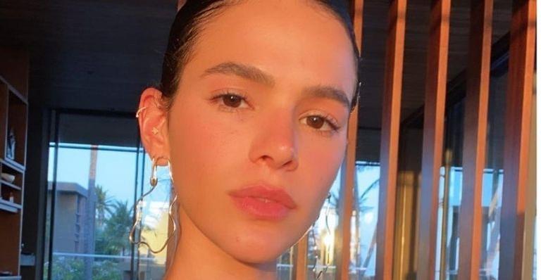 A atriz de 25 anos mostrou como é seu cabelo natural depois de realizar a transição