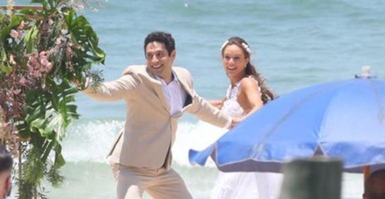 Os atores gravaram cenas de um possível novo casamento na praia