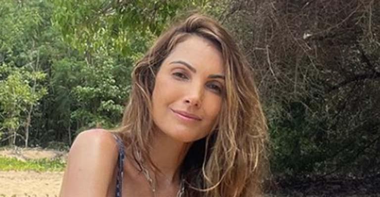 Patricia Poeta exibe boa forma ao aparecer curtindo dia na praia