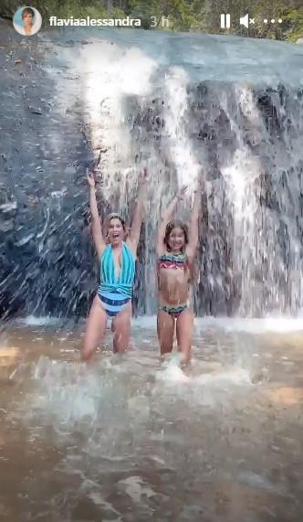 Flávia Alessandra e a filha caçula curtem banho de cachoeira