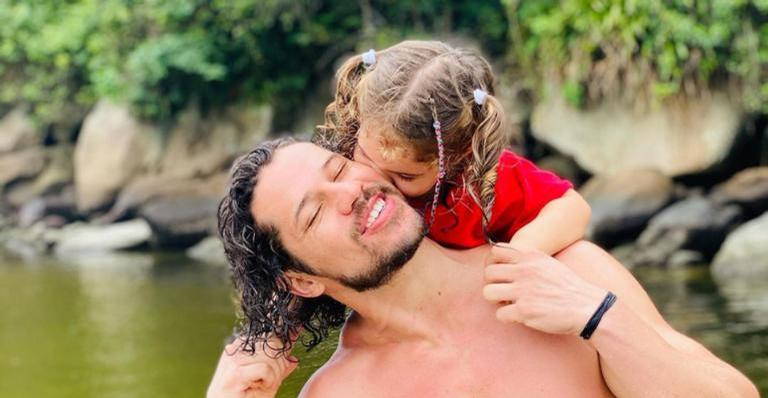 O ator ainda se declarou para a menina, que tem dois anos