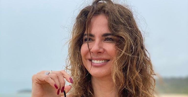 A apresentadora roubou a cena ao exibir o corpão sarado em dia ensolarado na praia