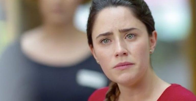 Ana confessa a Alice que se sente incomodada com a presença de Rodrigo