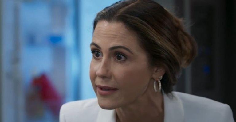 Dominique reconhece Luna como uma das testemunhas do assassinato em Cancún e rende a jovem com uma arma