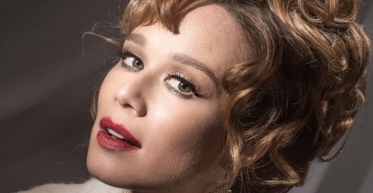 A atriz mostrou os bastidores das gravações e impressionou a web com o figurino de época e sua transformação com olhos castanhos