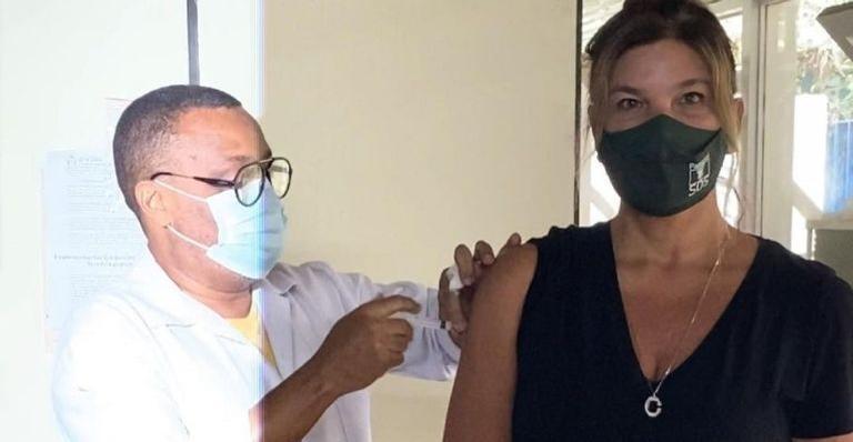A atriz mostrou nas redes sociais registros do momento em que tomou a primeira dose da vacina