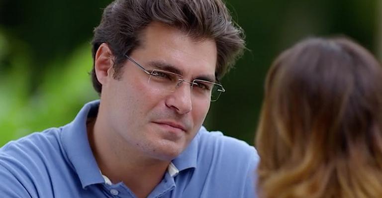 Lúcio fica surpreso ao ver Ana e Rodrigo sozinhos no quarto.