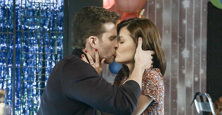 Após ver Alan completamente apaixonado, Kyra não resiste e dá um beijão nele