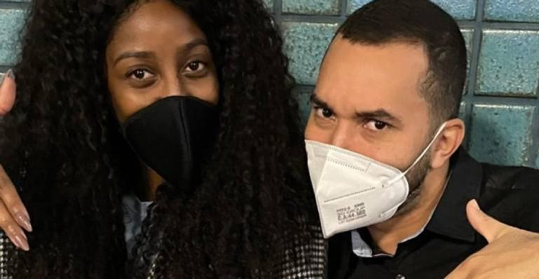 Camilla de Lucas e Gilberto Nogueira acabam se encontrando em aeroporto e fazem registros para as redes sociais