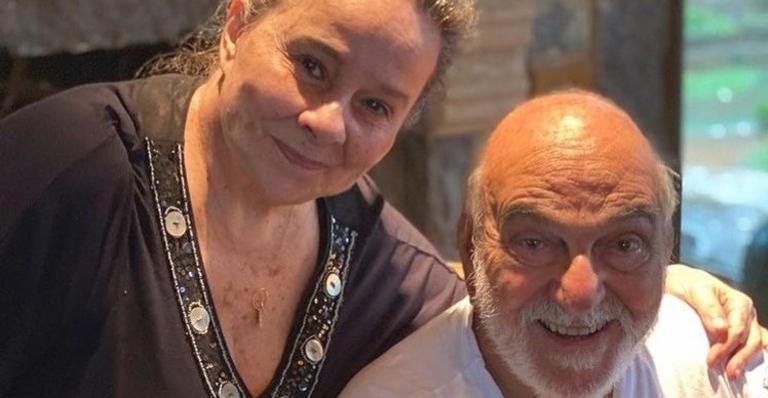 Ator compartilhou uma foto rara em que aparece ao lado de Débora Duarte