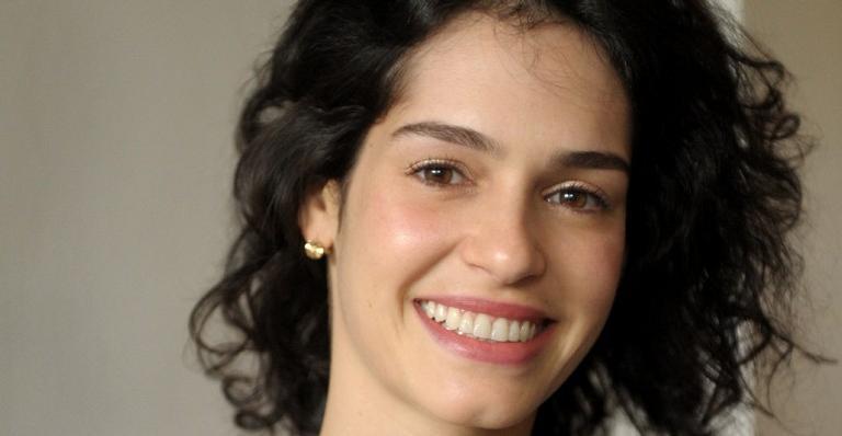 A atriz Maria Flor revelou a gravidez não planejada e, por estar no grupo de risco da Covid-19, terá de ser substituída em 'Um Lugar ao Sol'