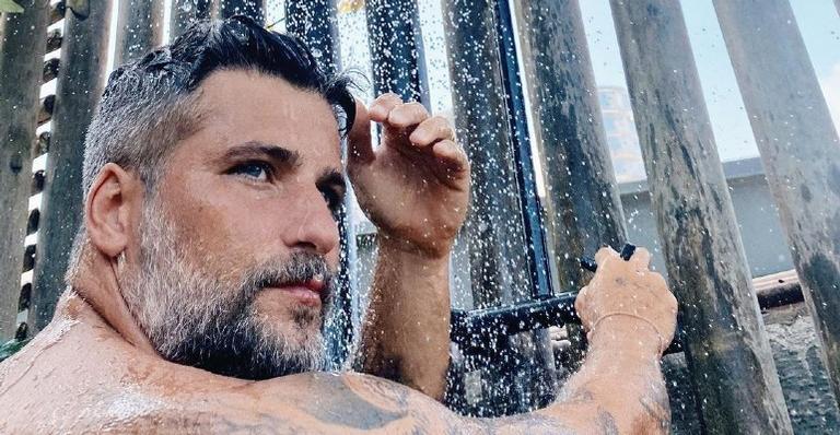 O ator elevou a temperatura na web ao postar foto completamente nu e retirá-la das redes sociais logo depois