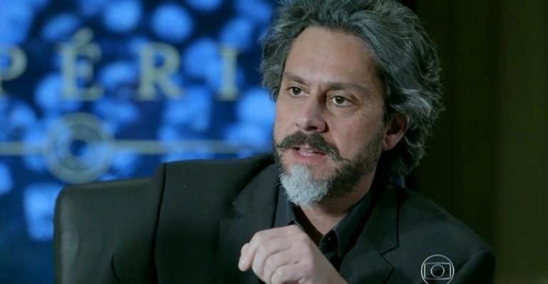José Alfredo se desentende com Maria Ísis, que termina o romance com o Comendador