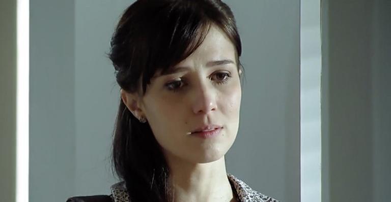 Manuela é indicada a fazer o transplante para Júlia, e Daniel explica a todos os riscos da cirurgia