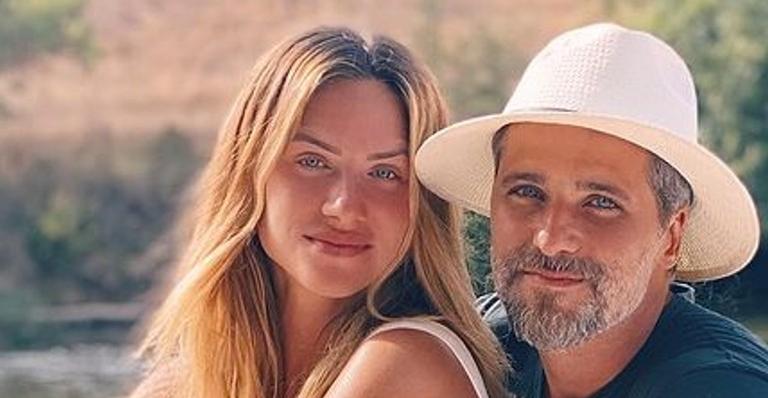 A atriz publicou lindas fotos ao lado do marido e posou apaixonada na Cidade Luz