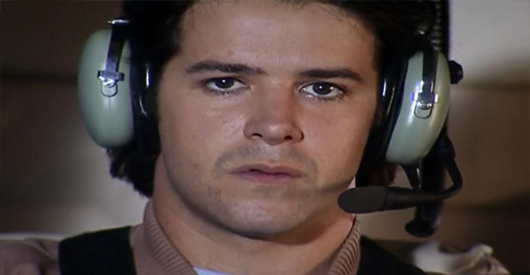 Irmão gêmeo de Lucas, Diogo morre em tragédia e deixa Albieri desolado. Tanto que o cientista tem a ideia de cloná-lo