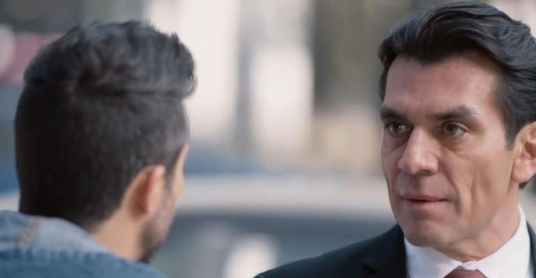 Ao ver o filho triste, Ernesto promete a Nícolas que assim que voltarem o levará até a oficina de Pedro. Depois, usando o e-mail da esposa, ele exige que Pedro nunca mais entre em contato com Nícolas